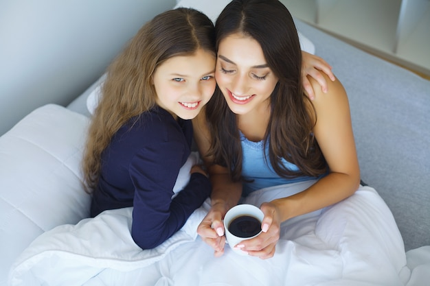 Mulher jovem, menina, mentindo cama, sorrindo