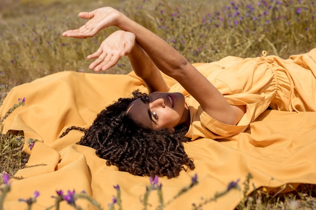Mulher jovem, mentindo, ligado, pano amarelo, em, natureza