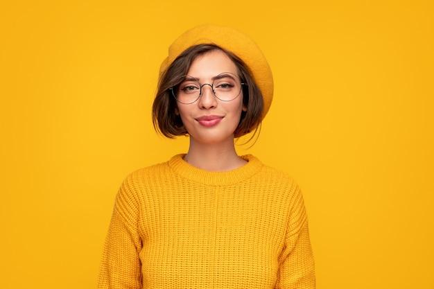 Mulher jovem moderna com roupas brilhantes