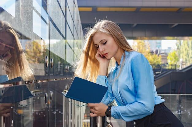 Mulher jovem moderna em uma cidade grande