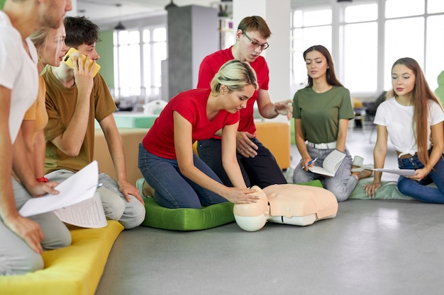 Mulher jovem mostrando como salvar vidas na aula de cpr