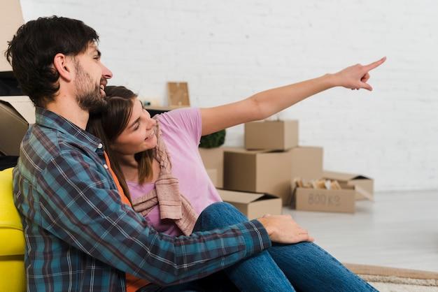 Mulher jovem, mostrando, dela, marido, algo, em, seu, casa nova