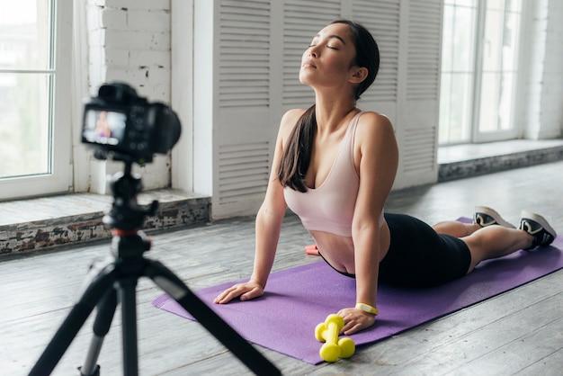 Mulher jovem mostrando exercícios esportivos