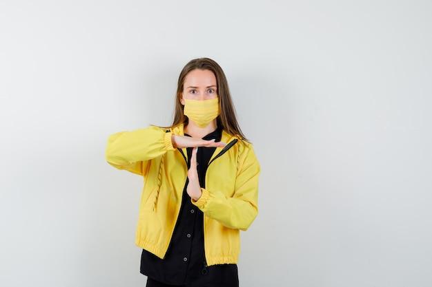 Mulher jovem mostrando gesto de tempo limite