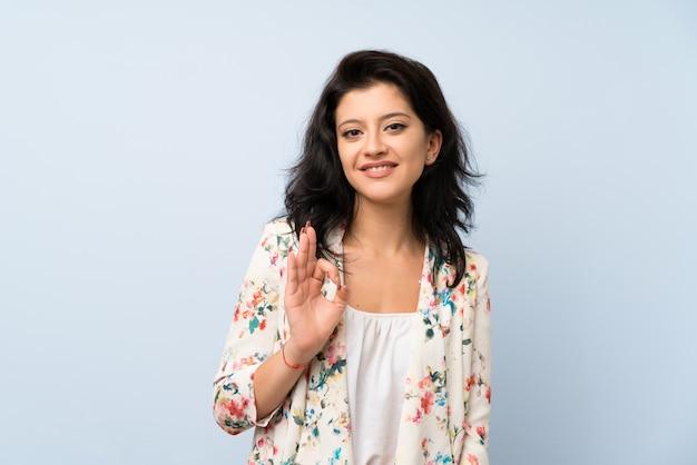 Mulher jovem, mostrando, um, tá bom sinal, com, dedos