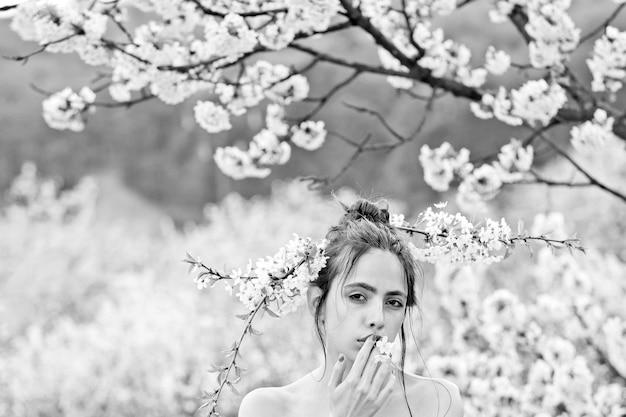 Mulher jovem na primavera no jardim de verão, natureza, moda e juventude.