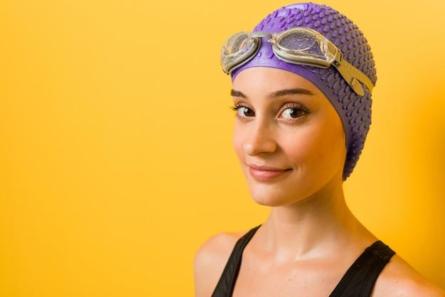 Mulher jovem nadador caucasiano contra um amarelo