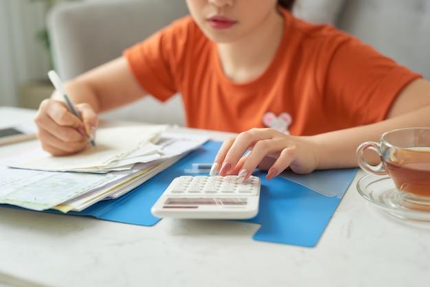 Mulher jovem no conceito de planejamento de orçamento