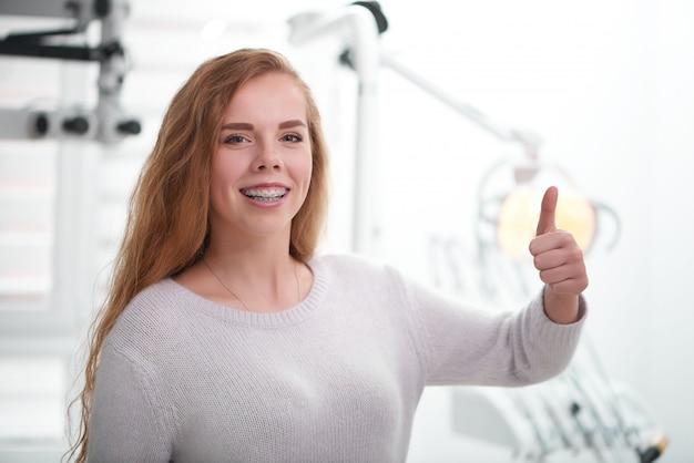 Mulher jovem no consultório dentista