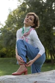 Mulher jovem no parque. retrato de linda garota em estilo francês.