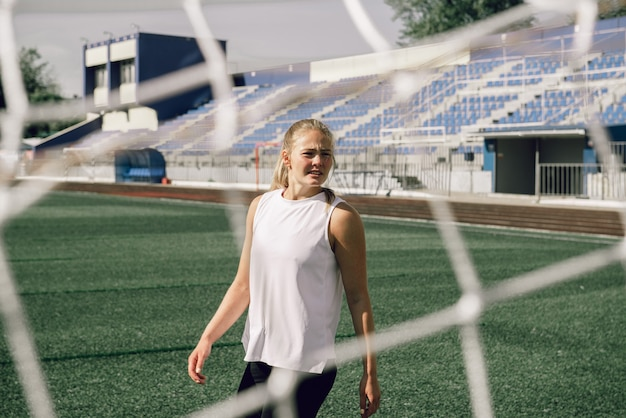 Mulher jovem no treino do estádio de futebol