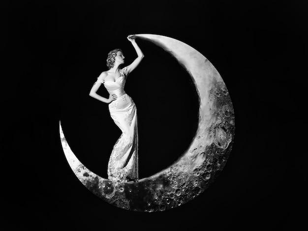 Mulher jovem num vestido elegante de noite.