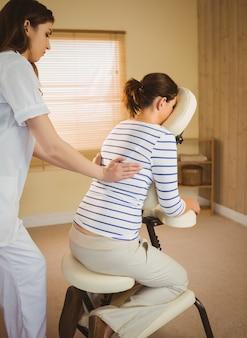 Mulher jovem, obtendo, massagem, em, cadeira