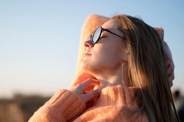 Mulher jovem, óculos sol cansativo