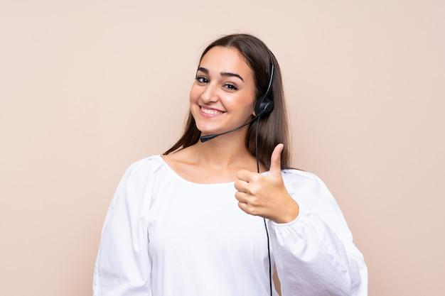 Mulher jovem operador de telemarketing com polegares para cima porque algo bom aconteceu