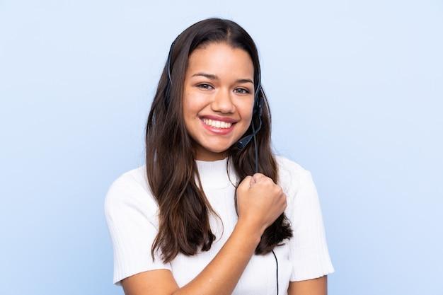 Mulher jovem operador de telemarketing comemorando uma vitória