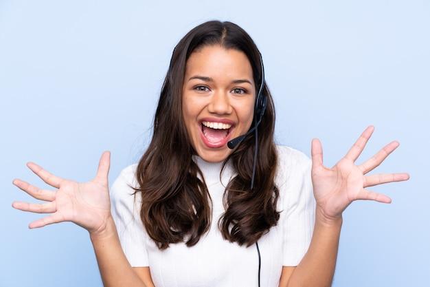 Mulher jovem operador de telemarketing infeliz e frustrada com algo