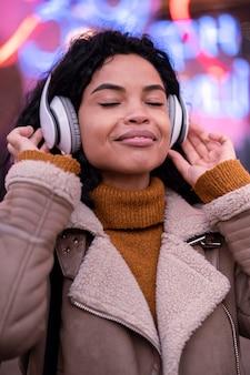 Mulher jovem ouvindo música