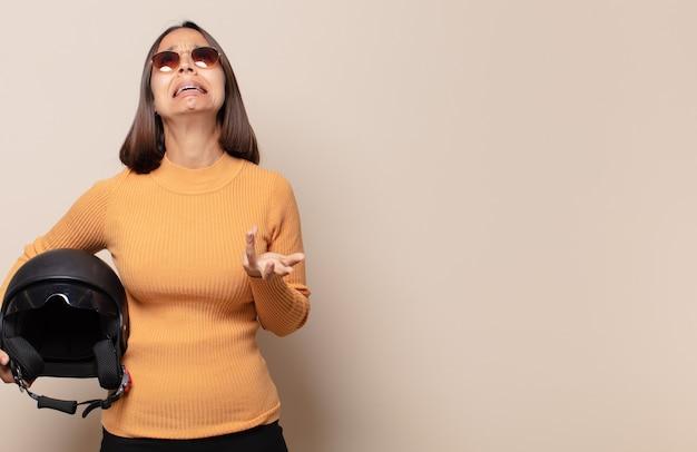 Mulher jovem parecendo desesperada e frustrada, estressada, infeliz e irritada, gritando e gritando