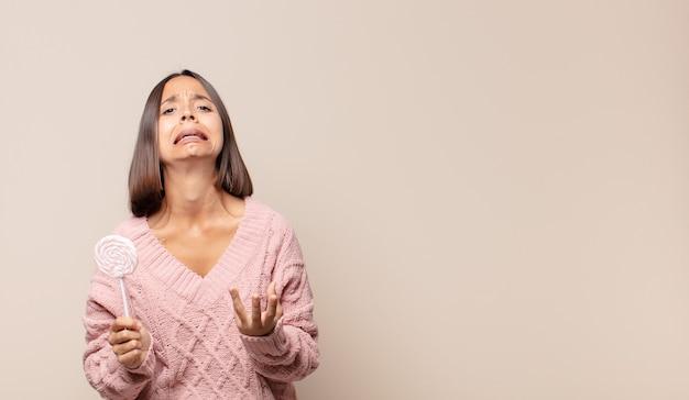 Mulher jovem parecendo desesperada e frustrada