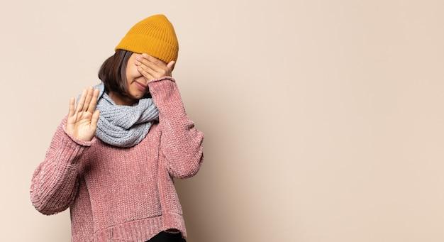 Mulher jovem parecendo estressada e frustrada, trabalhando sob pressão, com dor de cabeça e preocupada com problemas