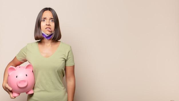 Mulher jovem parecendo perplexa e confusa, mordendo o lábio com um gesto nervoso, sem saber a resposta para o problema