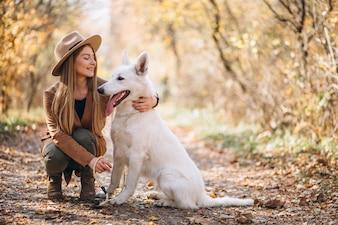 Mulher jovem, parque, com, dela, cachorro branco