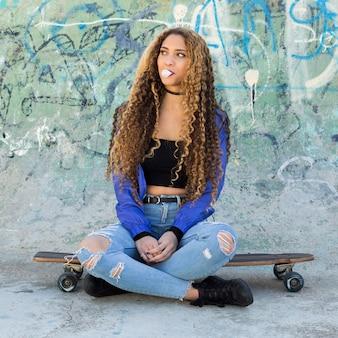 Mulher jovem patinadora urbana