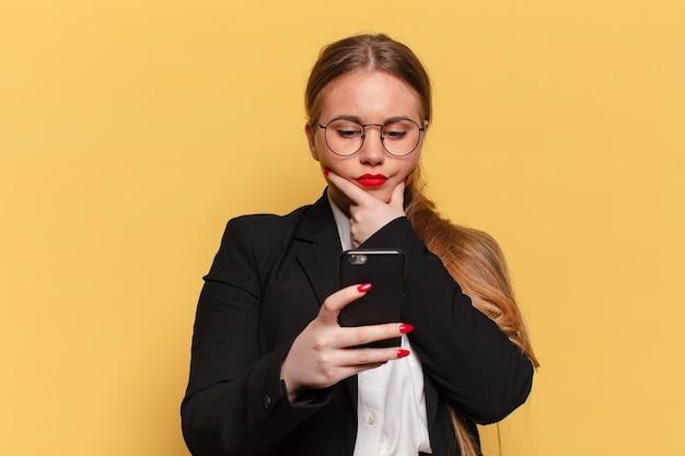 Mulher jovem. pensando ou duvidando da extensão do conceito de telefone inteligente