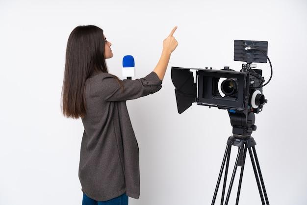Mulher jovem periodista sobre parede