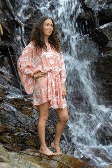 Mulher jovem perto de cachoeira, ilha de koh phangan, tailândia, close-up