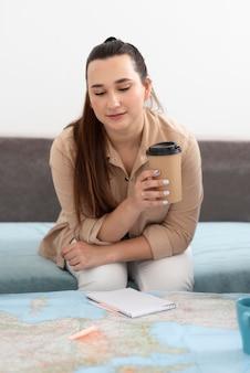Mulher jovem planejando uma viagem com um mapa