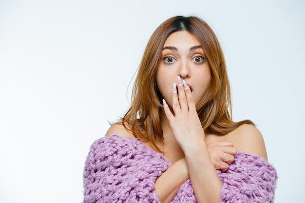 Mulher jovem posando em malhas e parecendo chocada