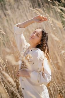 Mulher jovem posando em um campo