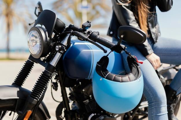 Mulher jovem posando em uma motocicleta