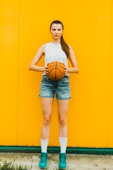 Mulher jovem, posar, com, basquetebol