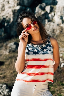 Mulher jovem, posar, em, bandeira americana, t-shirt