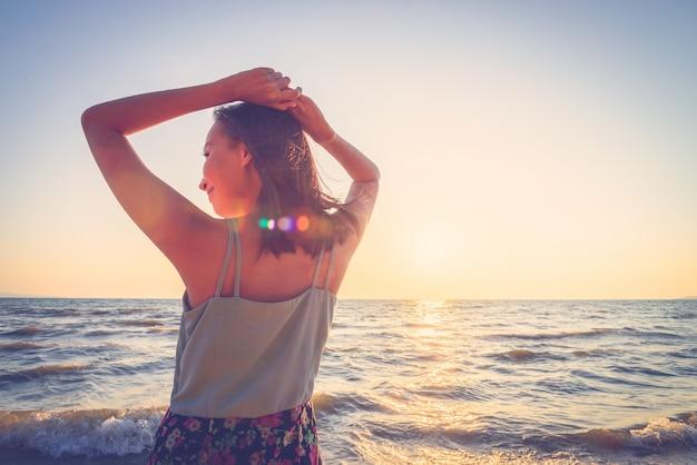 Mulher jovem, praia
