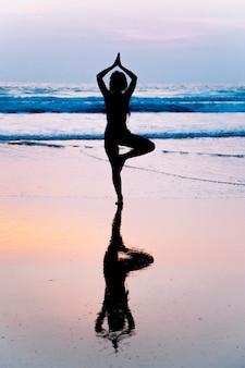 Mulher jovem, prática, ioga, ligado, praia, em, agonda, goa, índia
