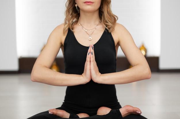 Mulher jovem, prática, ioga, meditação, em, ginásio
