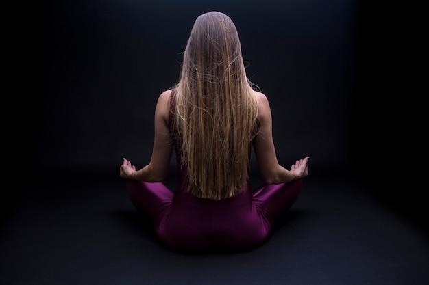 Mulher jovem, prática, posição ioga, em, flor lotus
