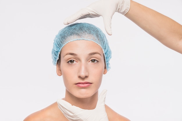 Mulher jovem, preparar, injeção médica