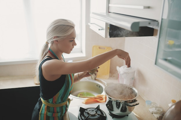 Mulher jovem, preparar, sopa abóbora