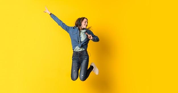 Mulher jovem, pular, amarela