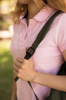 Mulher jovem, puxando, correia, de, mochila