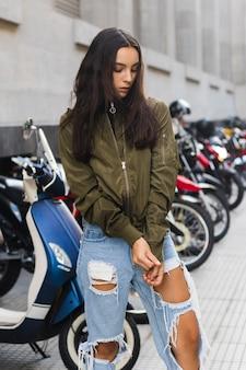 Mulher jovem, puxando mangas, de, casaco