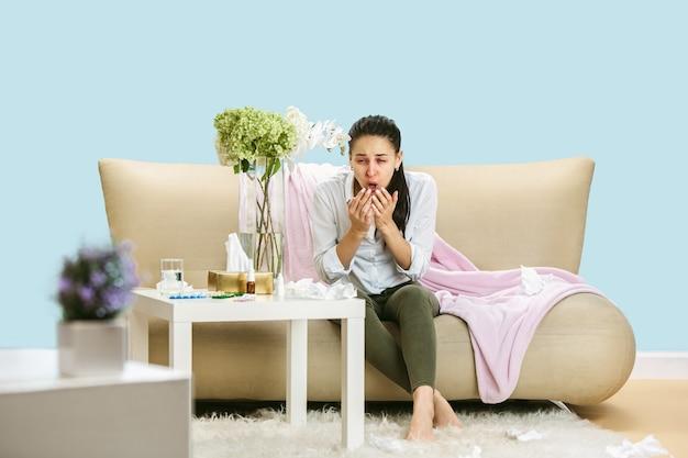 Mulher jovem que sofre de poeira hausehold ou alergia sazonal.
