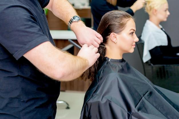 Mulher jovem, recebendo, corte cabelo