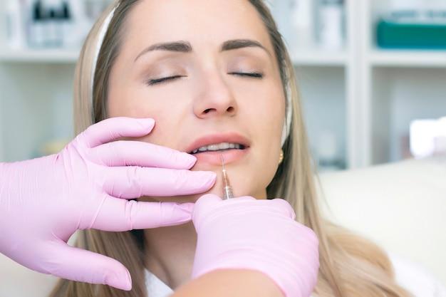 Mulher jovem recebendo injeção cosmética