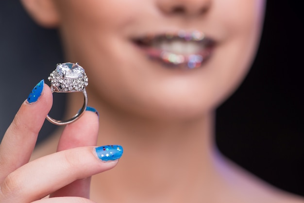 Mulher jovem, recebendo, proposta, com, anel diamante